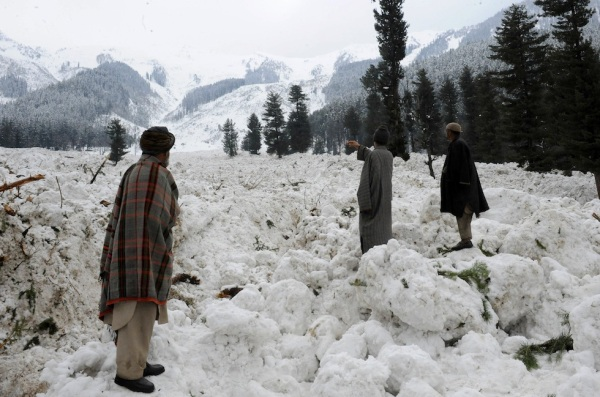 Kashmiri villagers search for their belo