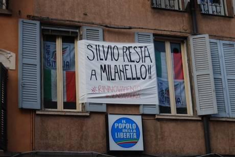 PDL: STRISCIONE COMITATO MELONI, 'SILVIO RESTA A MILANELLO!'