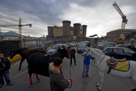 LAVORO:PROTESTA A NAPOLI, CAVALLI BLOCCANO CIRCOLAZIONE AUTO