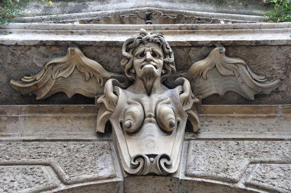800px-Statua_sulla_facciata_del_Palazzo_della_Consulta_-_Roma