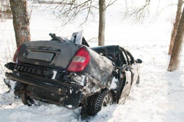 9369082-incidente-incidente-stradale-alla-strada-di-neve-in-inverno