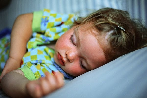 bambina-che-dorme-serena