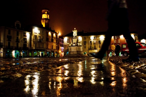 Il-movimentato-centro-storico-di-Vercelli-bagnato-dalla-pioggia-a20161733
