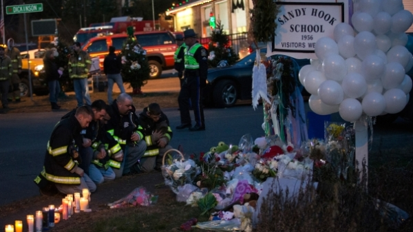 img_606X341_Firefighters-pray-in-front-memorial-along-the-road-to-Sandy-Hook-Elementary-School-RTR3BM9C