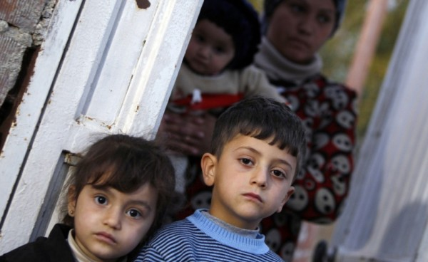 rifugiati-siriani-provenienti-da-ras-al-ain-in-attesa-di-ricevere-del-cibo-a-ceylanpinar-in-turchiaorig_main