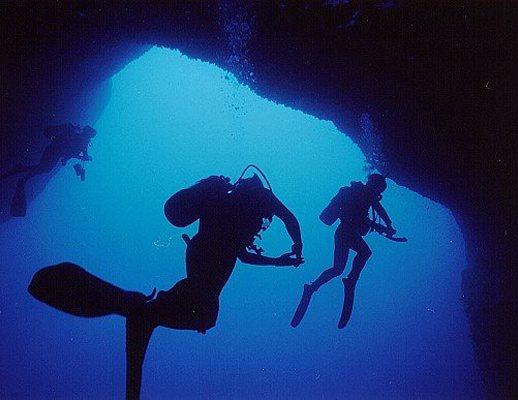 sub-nella-grotta-mare_01