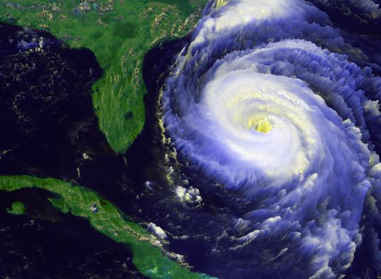Un-ciclone-e-il-suo-occhio.-Dal-satellite