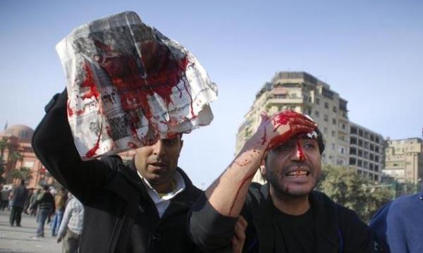 Un-manifestante-anti-Mubarak-sanguina-dopo-uno-scontro-coi-supporter-del-presidente_h_partb