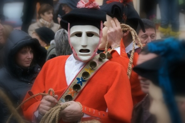 carnevale-di-mamoiada-lissohadores-con-la-maschera-e-la-barretta-sarda