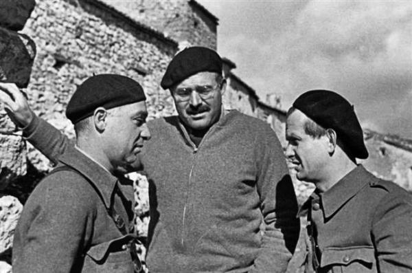ernest-hemingway-durante-la-guerra-civile- per chi suona la campanaspagnola-1937