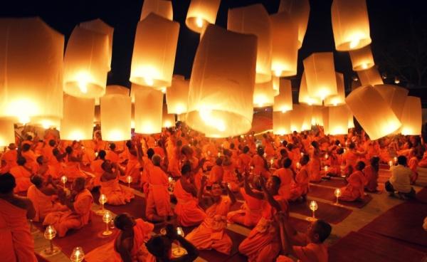 thailandia-monaci-buddisti-rendono-omaggio-a-buddha-e-benedicono-l-entrata-nel-nuovo-annoorig_main
