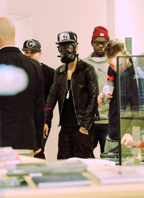 justin bieber maschera anti gas