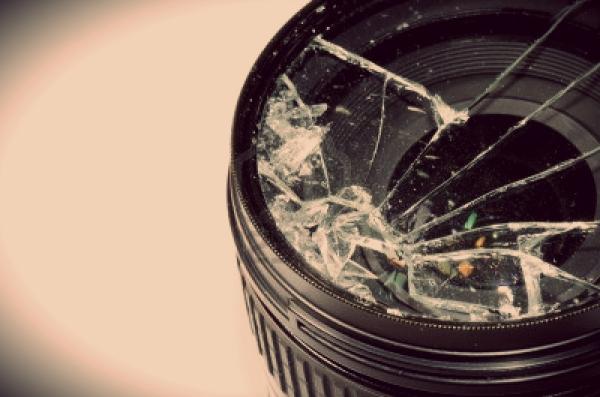 11155691-broken-dslr-camera-lens