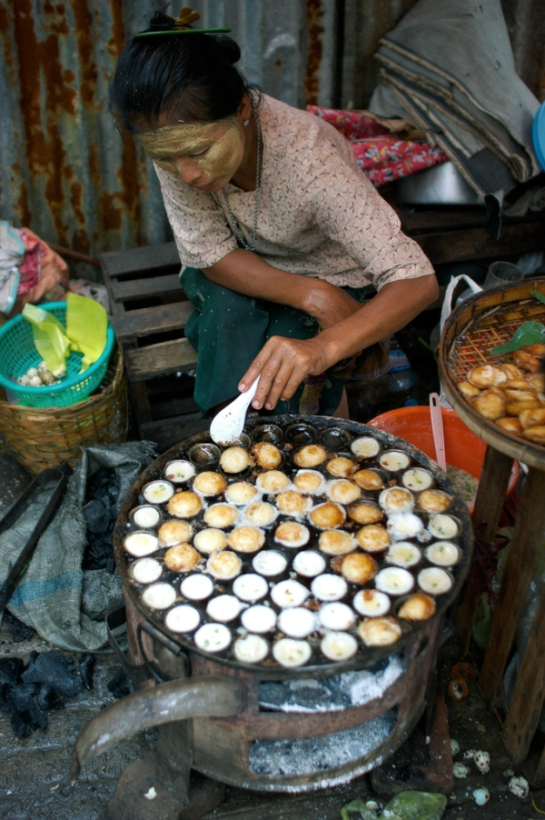 Frying Eggs by the Street, Rangoon,tailandia