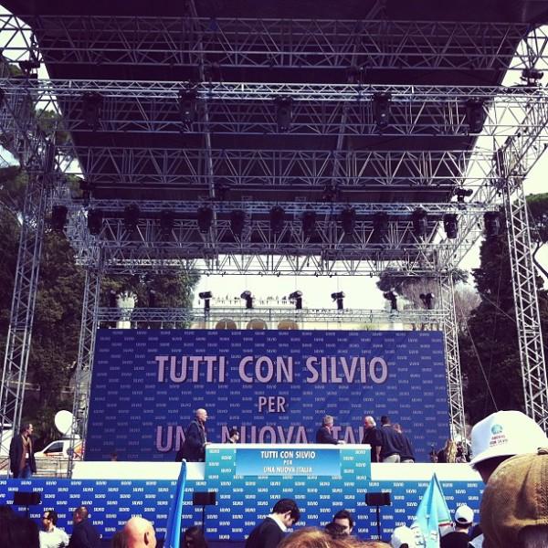 palco-berlusconi-silvio-tuttacronaca