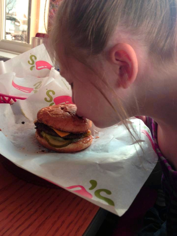 arianna-bacia-cheeseburger-autistica-foto-virale-tuttacronaca