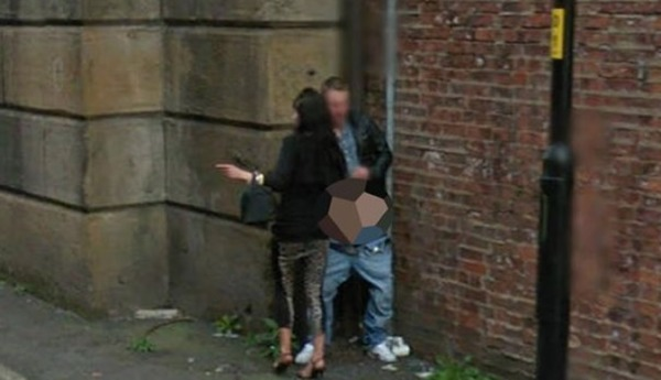tuttacronaca- Google street-view captures couple having sex in an alleyway