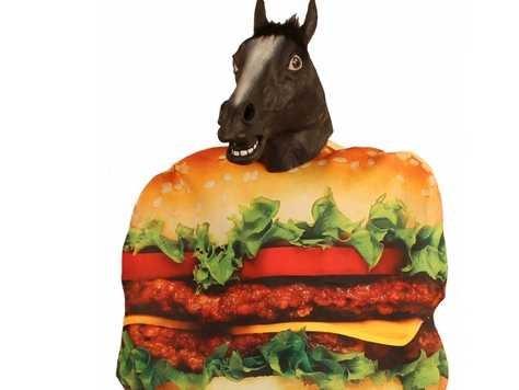 tuttacronaca-pub-horse-burger-meat-costume-1