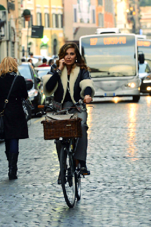 daniela-santanche-cellulare-in-bicicletta