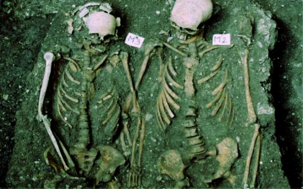 scheletri-mano-nella-mano-tuttacronaca