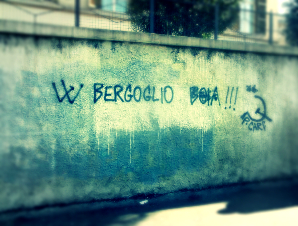 scritta-contro-il-papa-roma-tuttacronaca
