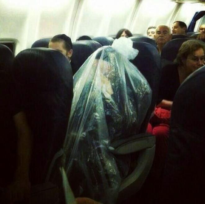 uomo-busta-di-plastica-aereo-tuttacronaca.jpg