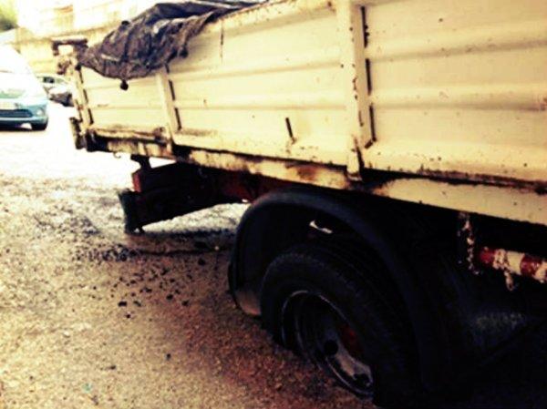 napoli-camion-incastrato