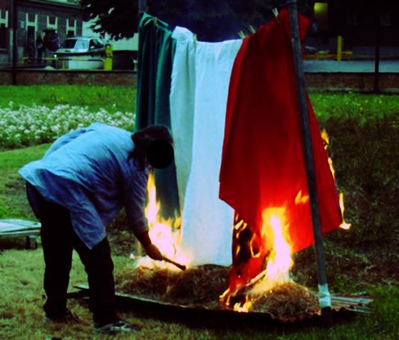 tricolore-bruciato-tuttacronaca