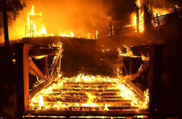 divampano le fiamme nel sud della california tuttacronaca