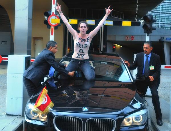 femen-bruxelles-amina-libera-salta-sul-cofano-primo-ministro-tunisino-tuttacronaca