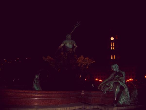 Fontana-del-Nettuno-tuttacronaca-uomo-nudo-coltello