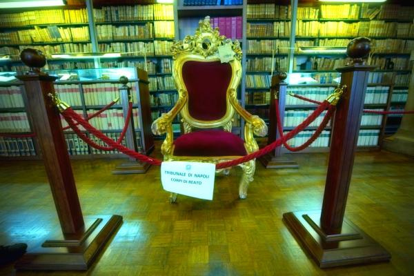 trono-boss-corpi-del-reato-mostra-napoli-tuttacronaca