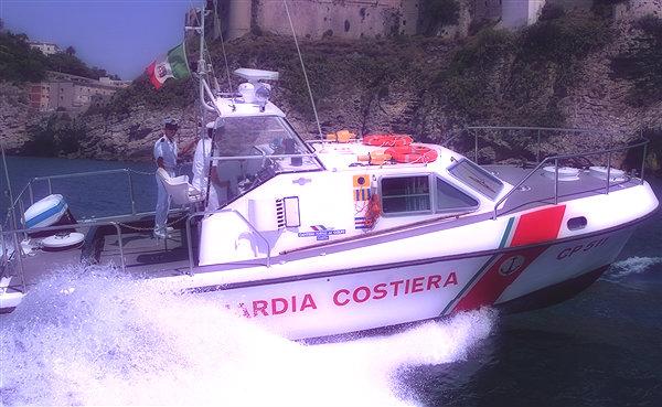 affonda-barca-11-persone-tratte-in-salvo-capo-d'orso-costa-amalfitana-tuttacronaca