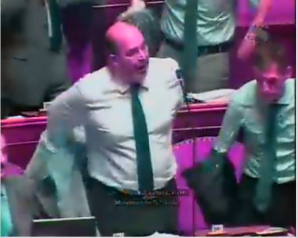 crimi-cravatta-m5s-si-leva-giacca-in-aula-tuttacronaca