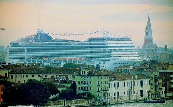 grandi-navi-crociera-venezia-sfiora-san-marco-tuttacronaca