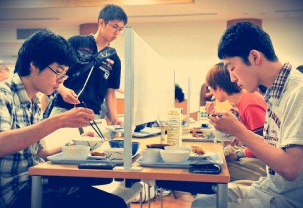 social network-bocchi-tuttacronaca-università-kyoto-caffetteria-tavoli
