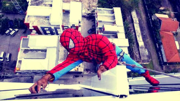 spiderman-vetri-hotel-indonesia-tuttacronaca