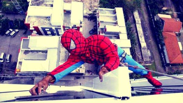 spiderman-vetri-hotel-indonesia-tuttacronaca