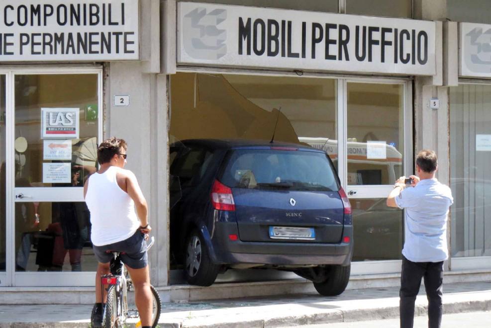 L auto che finisce in vetrina in un negozio di mobili per for Arredo ufficio lecce