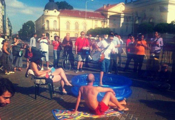 Bulgaria-fa-caldo-manifestanti-in-piazza-con-piscine-gonfiabili-e-ombrelloni-tuttacronaca