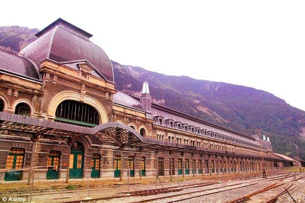 Canfranc railway station-tuttacronaca-stazione ferroviaria