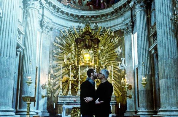 baci-gay-chiese-roma-mostra-foto-tuttacronaca