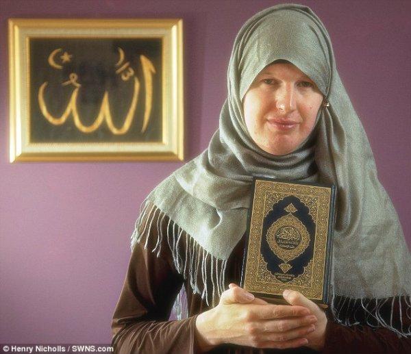 L'uomo che cambia il berretto con un velo e diventa una donna musulmana-tuttacronaca