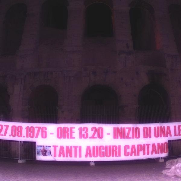 roma_francesco_totti_striscione_colosseo_tanti_auguri_capitano_foto-tuttacronaca