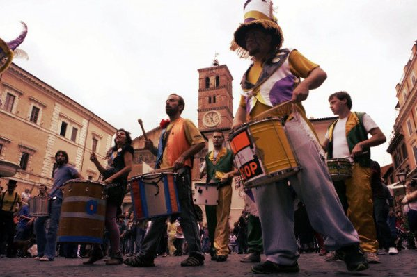 artisti-di-strada-movida-trastevere-roma-tuttacronaca