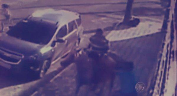 Brasile-4-uomini-sul-cavallo-scippano-2-donne-e-scappano-al-galoppo-tuttacronaca