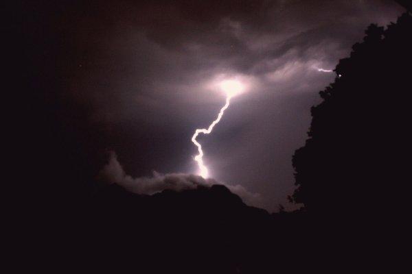 Fulmine-colpisce-bimbo-tuttacronaca