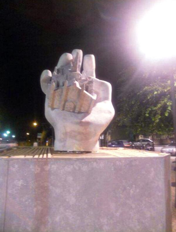 Mano-con-statuetta-del-Duomo-a-Rosarno-la-scultura-dedicata-a-Massimo-Tartaglia-tuttacronaca-reggio-calabria
