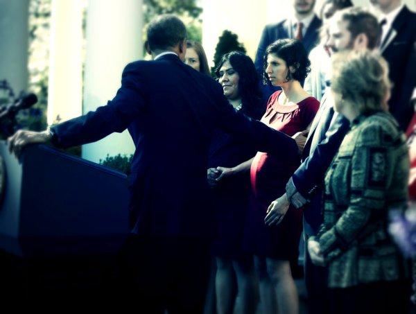 Ragazza-sviene-dietro-palco-Obama-presidente-la-afferra-al-volo-tuttacronaca