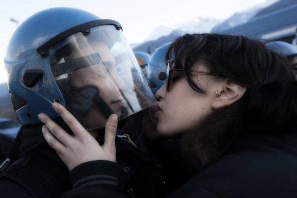 notav-bacio-tuttacronaca